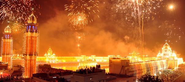 By UrbanUrban_ru (Flickr: DIWALI INDIA 2) [CC-BY-SA-2.0], via Wikimedia Commons